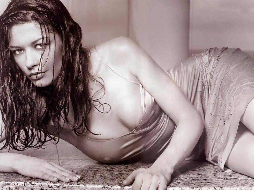Wallpaper di una sensuale Catherine Zeta-Jones in b/n