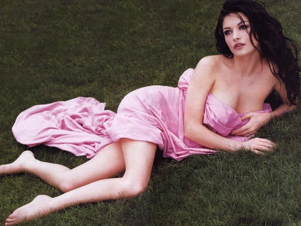 Wallpaper di Catherine Zeta-Jones fasciata in un abito rosa