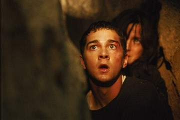 Carrie-Anne Moss e Shia LaBeouf in una scena del film Disturbia