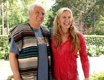 Daryl Hannah e Garry Marshall in una scena del film Al passo con gli Steins