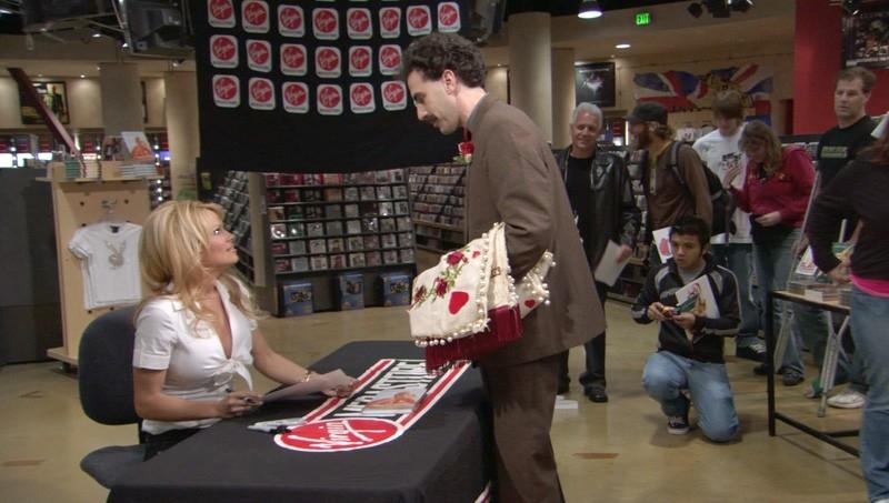 Sacha Baron Cohen e Pamela Anderson in una scena di 'Borat'