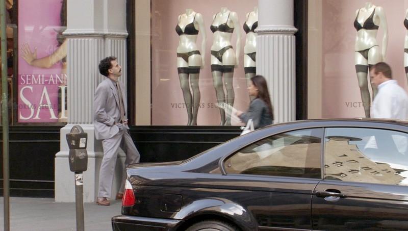 Sacha Baron Cohen osserva le vetrine in una scena di 'Borat'