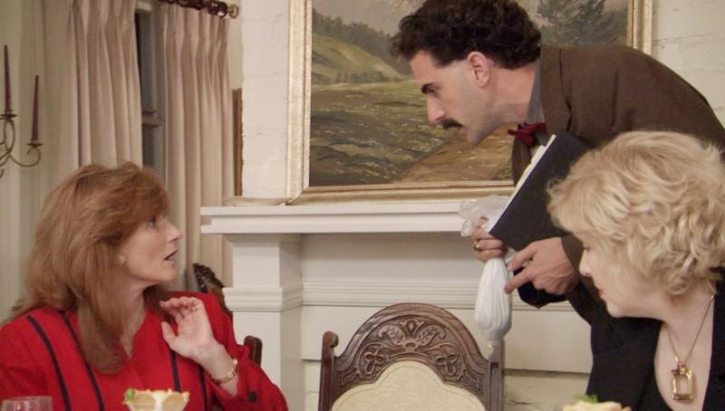 Sacha Baron Cohen inorridisce le ospiti di una cena in una scena di 'Borat'