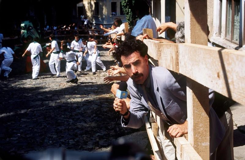 Il camaleontico Sacha Baron Cohen in una scena di 'Borat'
