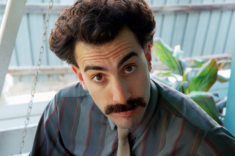 Un primo piano di Sacha Baron Cohen in una scena di 'Borat'