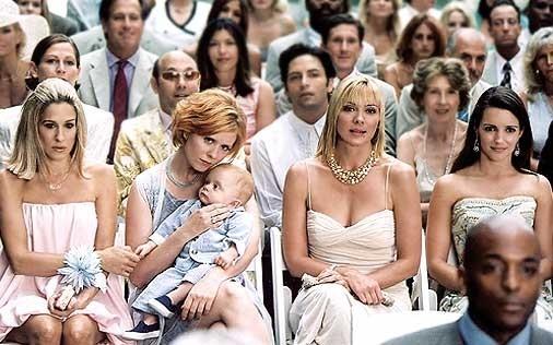 le splendide Sarah Jessica Parker, Cynthia Nixon, Kristin Davis e Kim Cattrall in una scena di Sex and the City, episodio Nuovi e vecchi amori