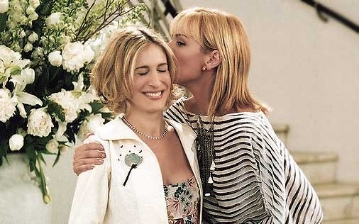 Sarah Jessica Parker e Kim Cattrall in una scena di Sex and the City, episodio Libri e carte di cuori