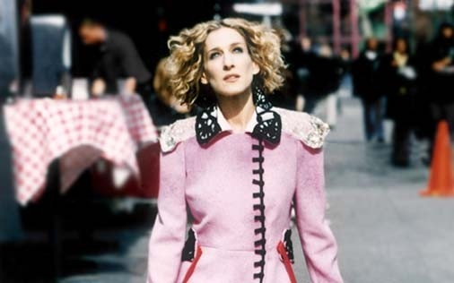 Sarah Jessica Parker in rosa in una scena di Sex and the City, episodio Salpare le ancore