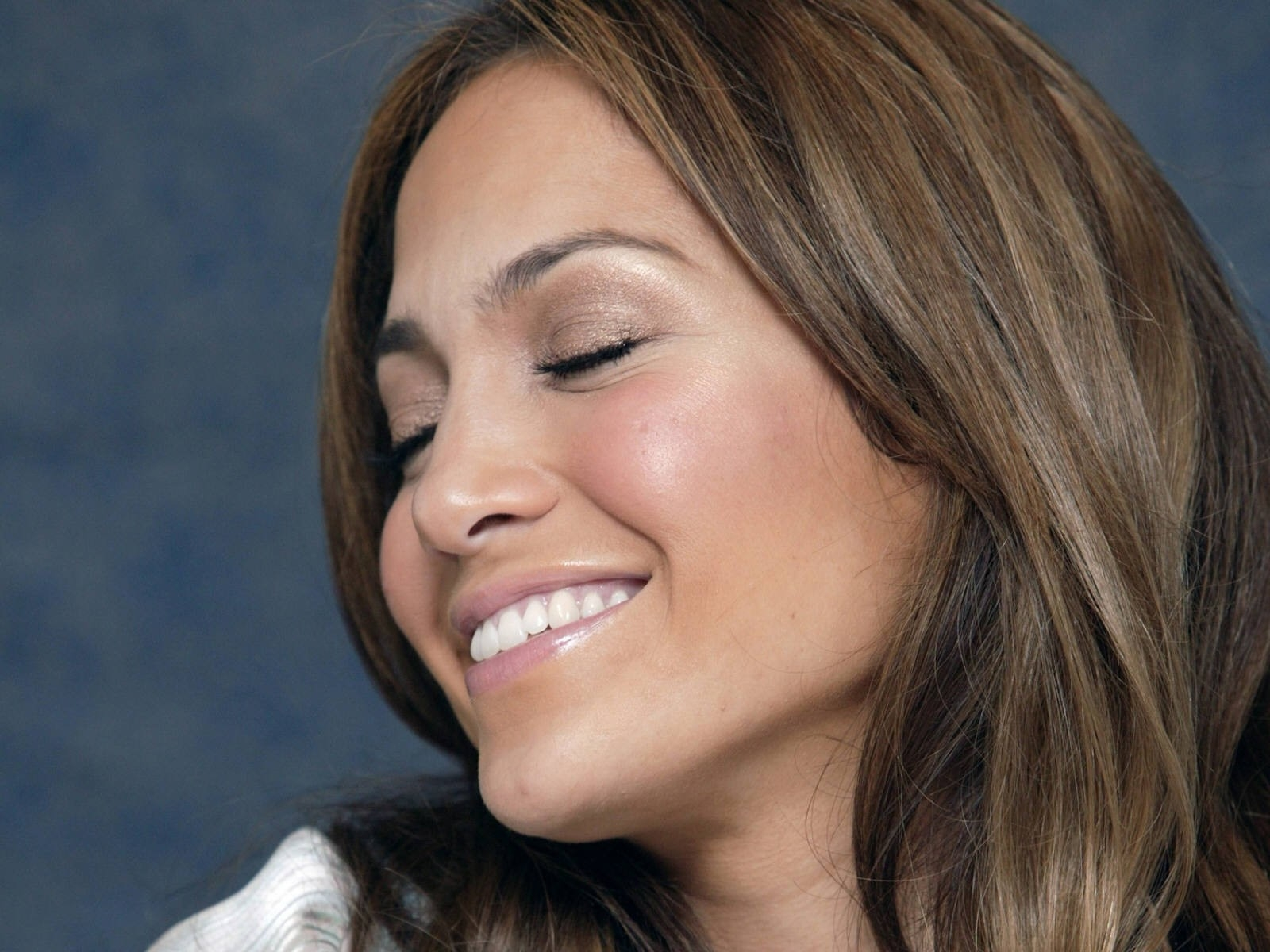 Wallpaper di una sorridente Jennifer Lopez
