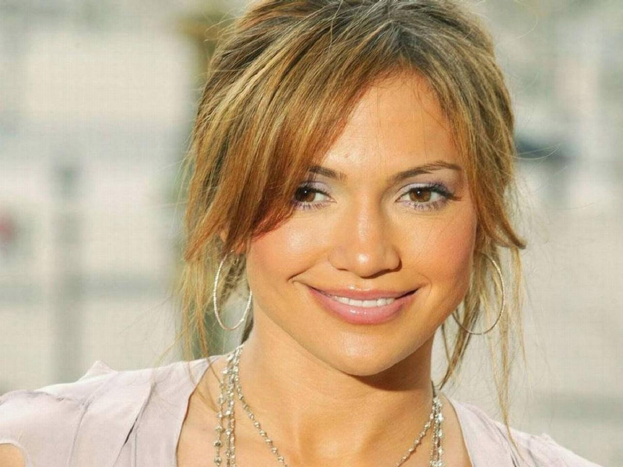 Wallpaper di Jennifer Lopez - la popstar e attrice è nata il 24 luglio del '69 sotto il segno del Leone