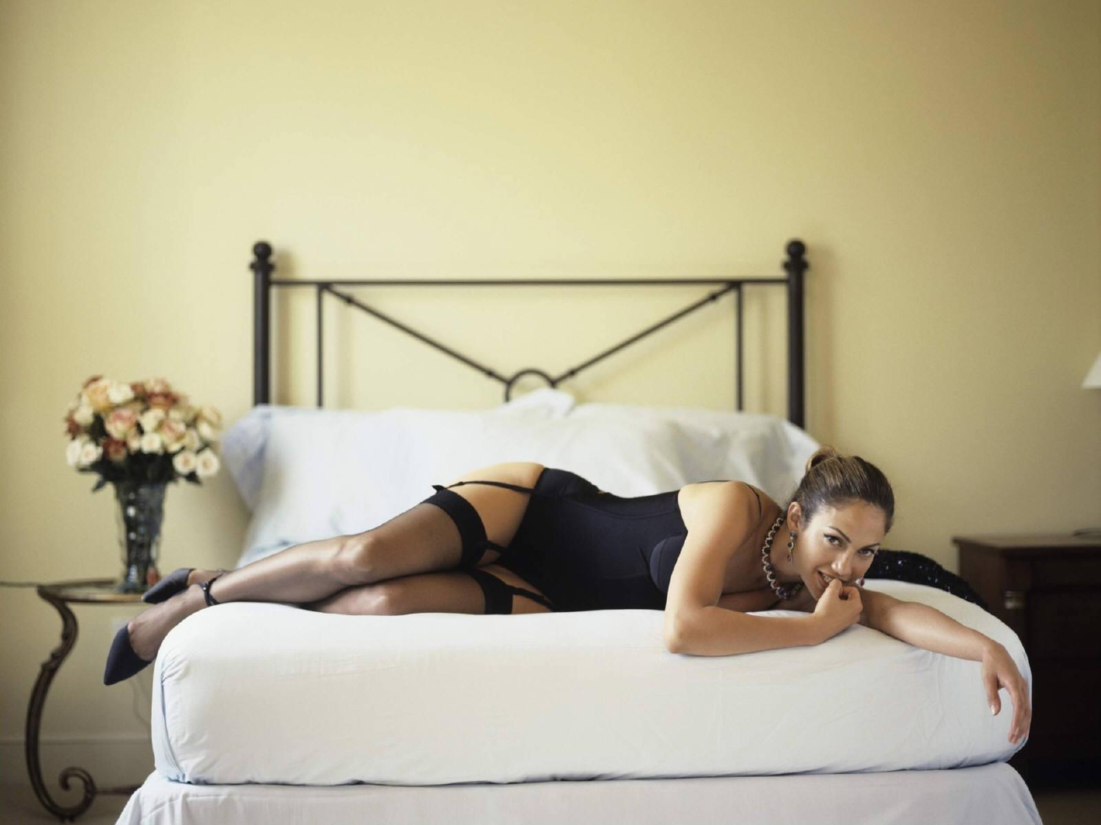 Wallpaper - tacchi alti e lingerie nera per Jennifer Lopez