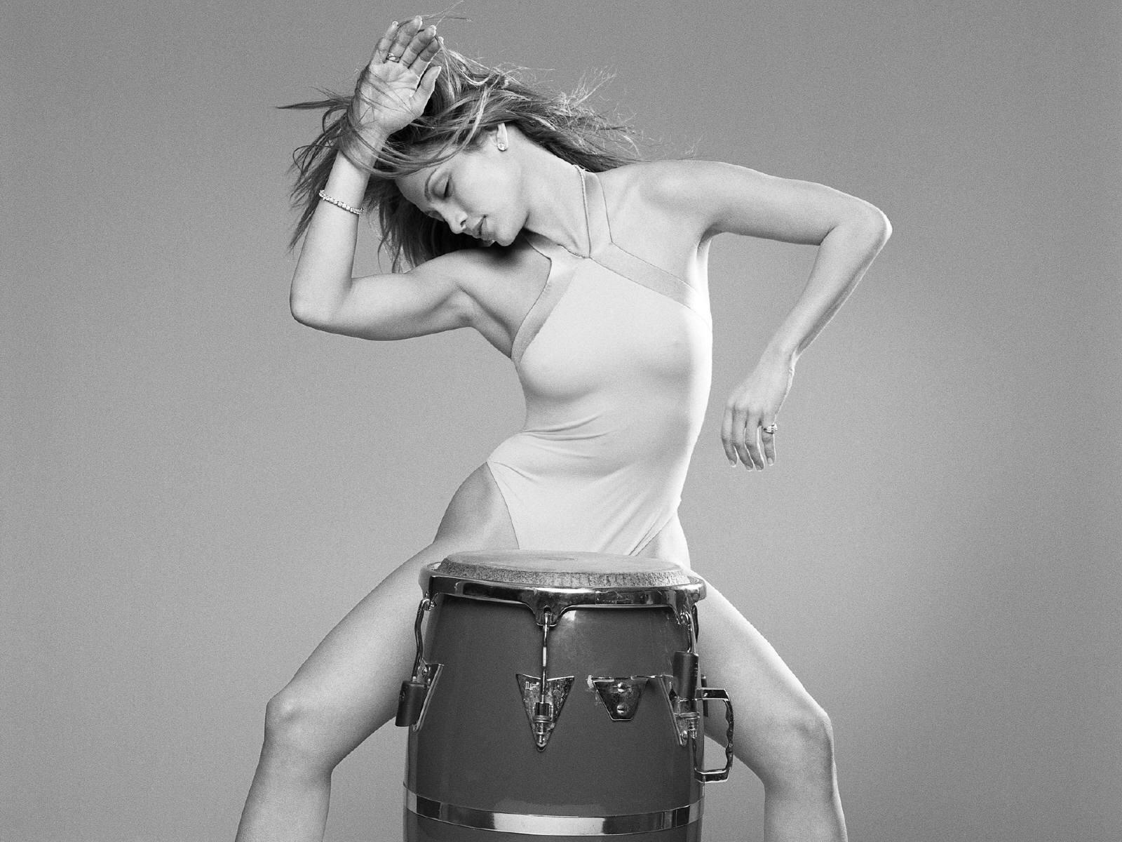 Wallpaper - ritmo e sensualità per Jennifer Lopez, star indiscussa del pop latino