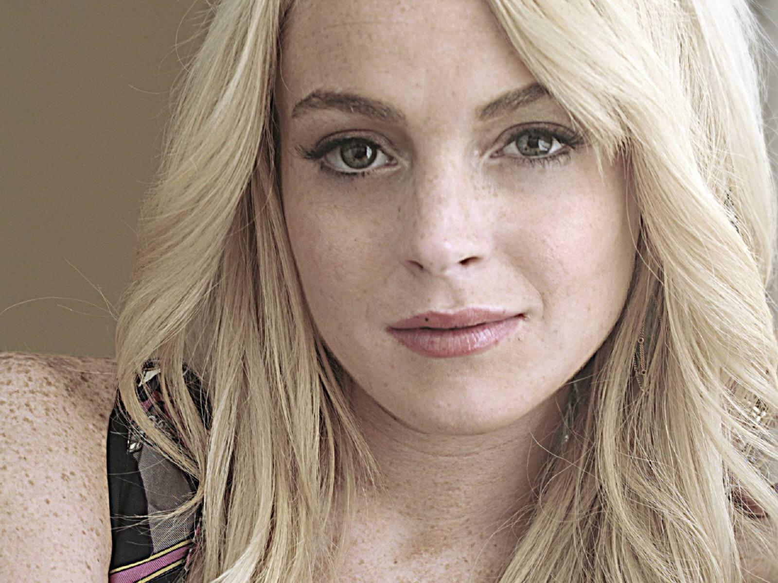 Wallpaper di Lindsay Lohan in un'espressione riflessiva