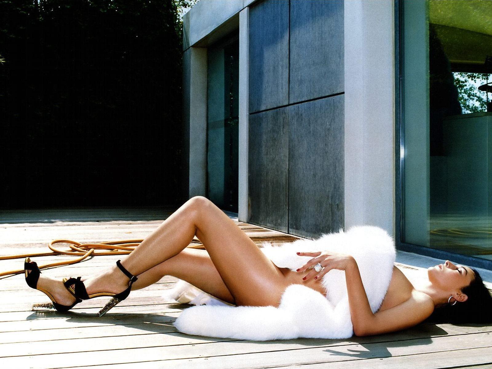 Wallpaper: erotismo e glamour per Monica Bellucci