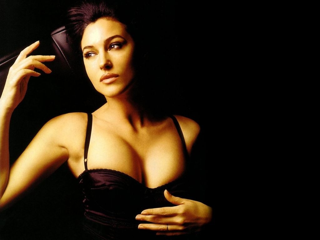 Wallpaper di Monica Bellucci, icona di fascino mediterraneo