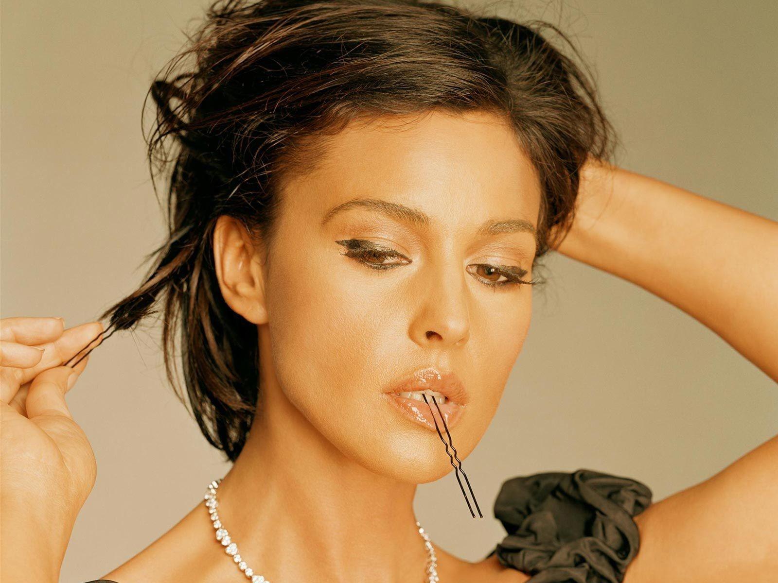 Wallpaper: riti di seduzione per Monica Bellucci