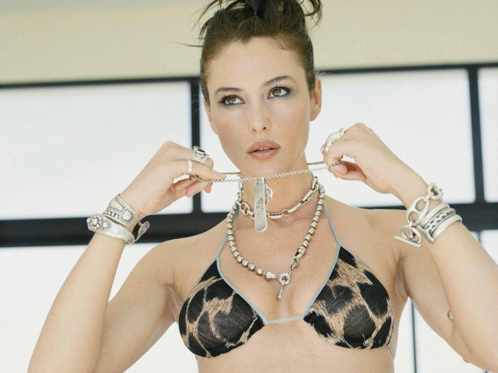 Wallpaper: una cascata di gioielli per Monica Bellucci