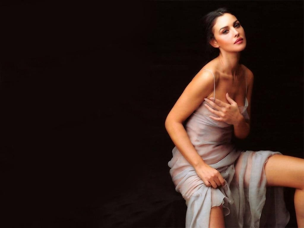 Wallpaper: raffinate trasparenze per Monica Bellucci, icona indiscussa del fascino italiano