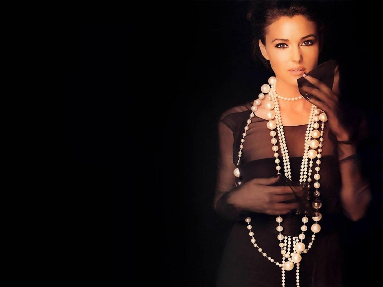 Wallpaper: una pioggia di perle per Monica Bellucci