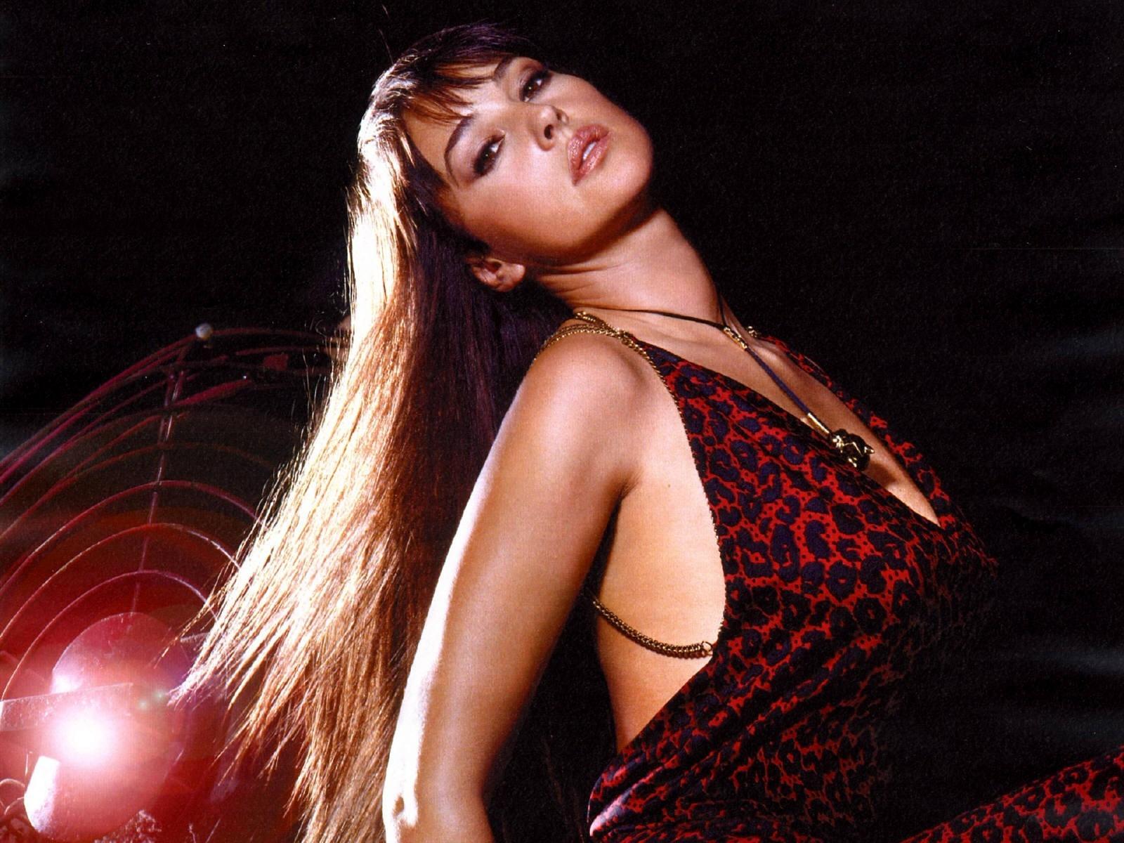 Wallpaper: seduzione in rosso per Monica Bellucci
