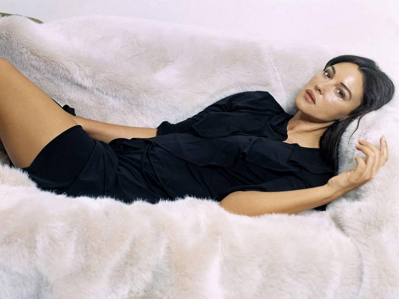 Wallpaper di Monica Bellucci in abito nero
