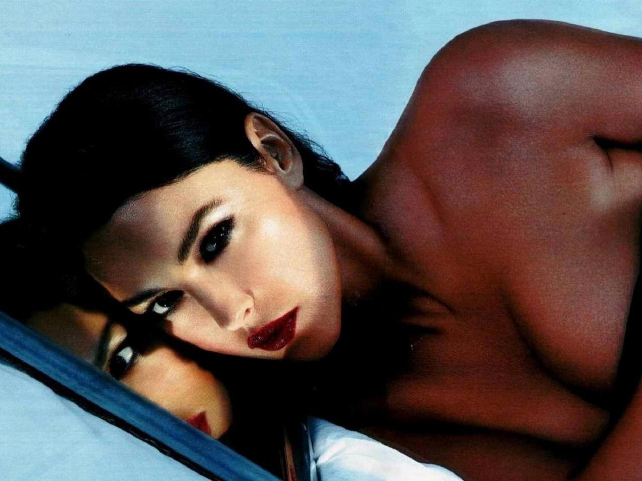 Wallpaper: sensualità allo specchio per Monica Bellucci
