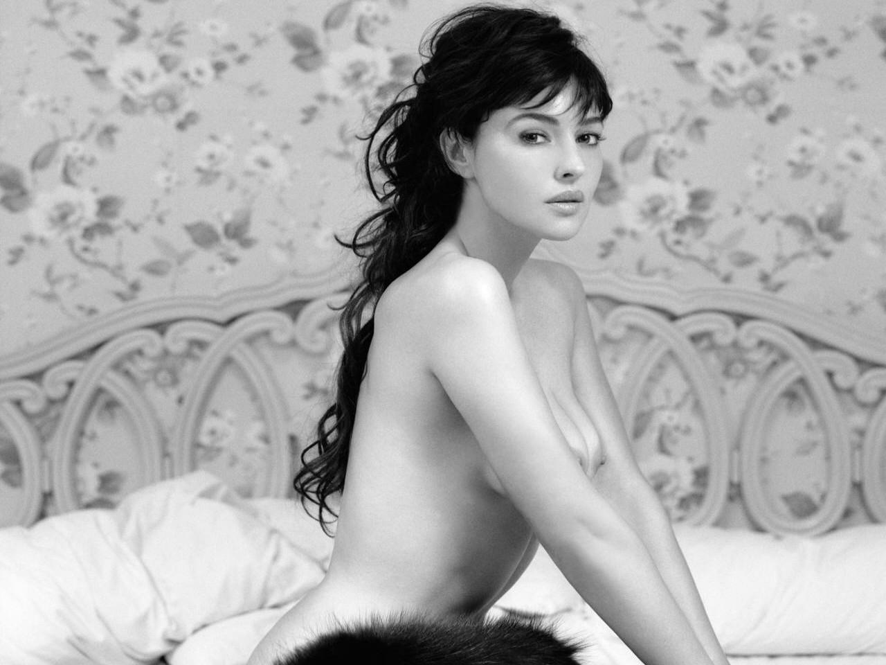 Sexy wallpaper in bianco e nero di Monica Bellucci