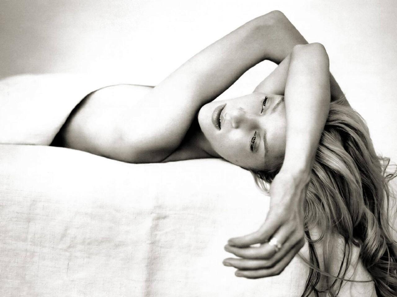 Wallpaper di Uma Thurman adagiata su un letto