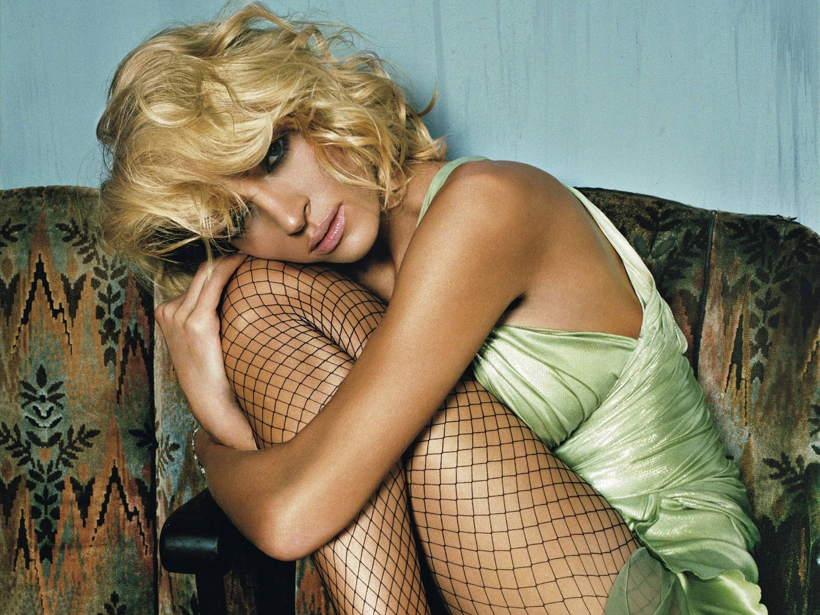 Wallpaper: calze a rete e fascino da diva per Uma Thurman