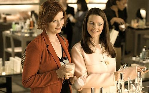 Cynthia Nixon e Kristin Davis in una scena di Sex and the City, episodio L'uomo perfetto