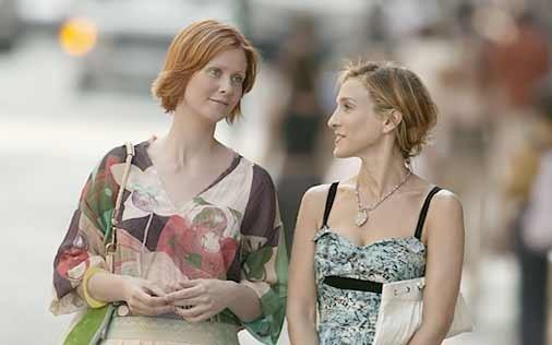 Cynthia Nixon e Sarh Jessica Parker in una scena di Sex and the City, episodio Uno