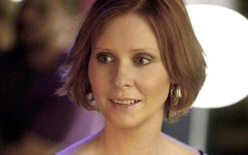 Cynthia Nixon è Miranda in una scena di Sex and the City, episodio Il post-it si attacca sempre due volte