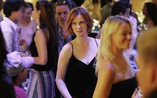 Cynthia Nixon è Miranda Hobbes in una scena di Sex and the City, episodio Il post-it si attacca sempre due volte