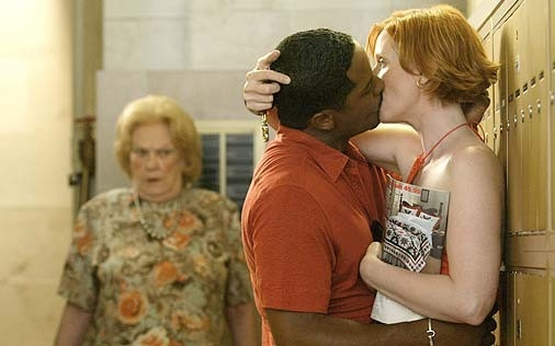 un bacio per Cynthia Nixon in una scena di Sex and the City, episodio Ragazzo interrotto