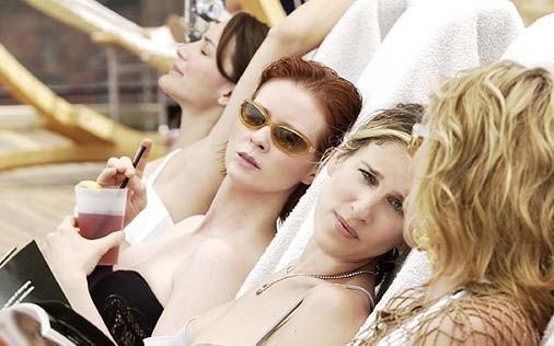 le bellissime Cynthia Nixon, Kristin Davis, Sarah Jessica Parker e Kim Cattrall in una scena di Sex and the City, episodio Ragazzo interrotto