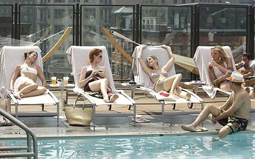 Cynthia Nixon con Kristin Davis, Sarah Jessica Parker e Kim Cattrall in una scena di Sex and the City, episodio Ragazzo interrotto