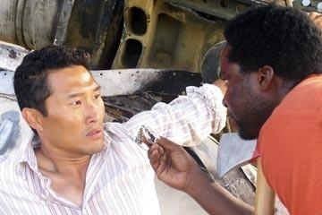 Daniel Dae Kim ed Harold Perrineau nell'episodio 'La casa del Sol Levante' di Lost