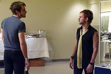 Dominic Monaghan con Neil Hopkins nell'episodio 'La falena' di Lost