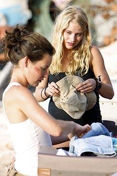 Evangeline Lilly ed Emilie de Ravin nell'episodio 'Il coniglio bianco' di Lost