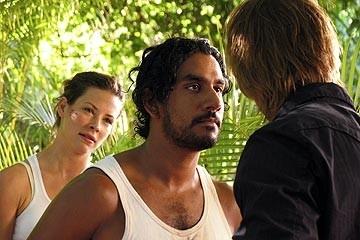 Evangeline Lilly (sullo sfondo), Naveen Andrews e Josh Holloway nell'episodio 'Il coniglio bianco' di Lost