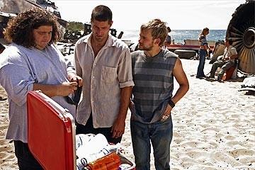 Jorge Garcia con  Matthew Fox e Dominic Monaghan nell'episodio 'Il coniglio bianco' di Lost