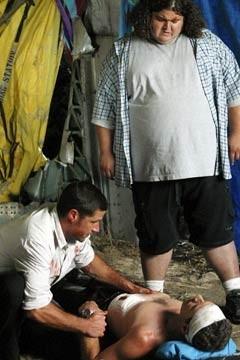 Jorge Garcia, Matthew Fox e Fredric Lehne nell'episodio 'Tabula rasa' di Lost