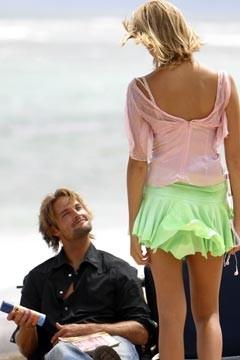 Josh Holloway e Maggie Grace (di spalle) nell'episodio 'Il coniglio bianco' di Lost