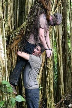 Matthew Fox e Dominic Monaghan in una scena drammatica dell'episodio 'Inseguimento' di Lost