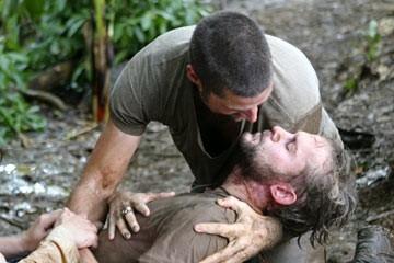 Matthew Fox e Dominic Monaghan in una sequenza drammatica dell'episodio 'Inseguimento' di Lost
