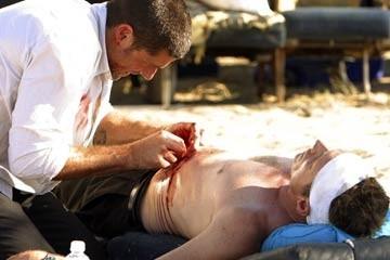 Matthew Fox soccorre Fredric Lehne nel Pilot di Lost