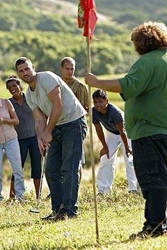 Matthew Fox e Jorge Garcia giocano a golf davanti al resto del gruppo nell'episodio 'Solitudine' di Lost