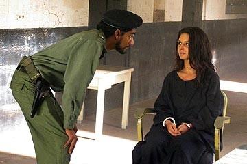Naveen Andrews con Andrea Gabriel nell'episodio 'Solitudine' di Lost