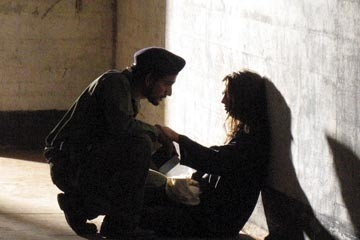 Naveen Andrews accanto a Andrea Gabriel nell'episodio 'Solitudine' di Lost