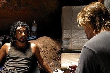 Naveen Andrews e Josh Holloway (di spalle) nell'episodio 'Inseguimento' di Lost